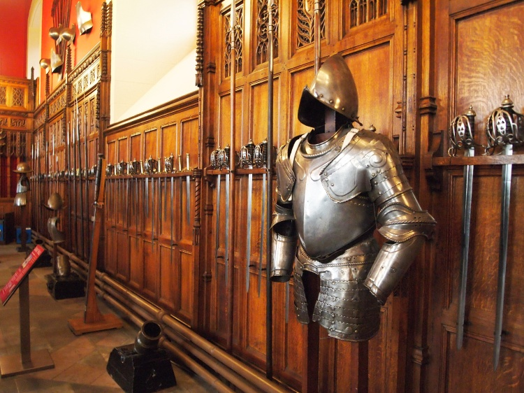 Some time later, the Great Hall was used as a space for army barracks. Nowadays, it welcomes visitors with its famous wooden ceiling and rows of Scottish armor.